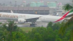 Aeroplano que se acerca al aeropuerto de Phuket en la lluvia metrajes