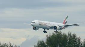 Aeroplano que se acerca al aeropuerto de Phuket en la lluvia almacen de metraje de vídeo