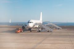 Aeroplano que se coloca en pista con las escaleras listas para subir fotografía de archivo libre de regalías