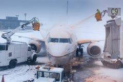 Aeroplano que se lava acompañante del aeropuerto en invierno Imagen de archivo libre de regalías