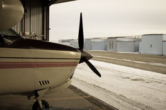 Aeroplano 210 que se sienta en la suspensión Fotografía de archivo