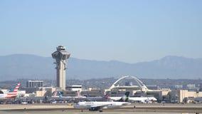 Aeroplano que vuela hacia arriba y hacia abajo del aeropuerto internacional ocupado de Los Ángeles