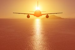 Aeroplano que vuela sobre el mar en la puesta del sol concepto del recorrido foto de archivo libre de regalías