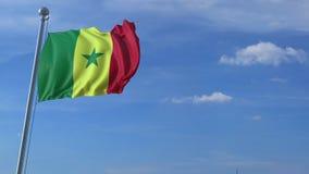 Aeroplano que vuela sobre la bandera que agita de Senegal almacen de video