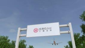 Aeroplano que vuela sobre la cartelera de publicidad con industrial y Commercial Bank del logotipo de China ICBC 3D editorial Fotos de archivo