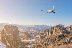 Aeroplano que vuela sobre las montañas concepto del recorrido foto de archivo