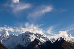 Aeroplano que vuela sobre las montañas del korakaram Foto de archivo