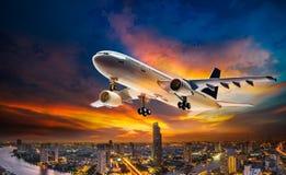 Aeroplano sobre ciudad de la escena de la noche imágenes de archivo libres de regalías