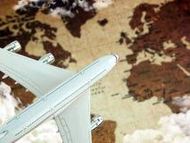 Aeroplano sobre correspondencia de mundo Imagen de archivo libre de regalías
