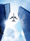 Aeroplano sobre el edificio de oficinas. Foto de archivo libre de regalías