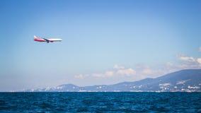 Aeroplano sobre el mar Fotos de archivo