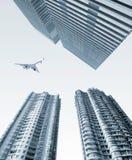 Aeroplano sobre la ciudad Imagen de archivo libre de regalías