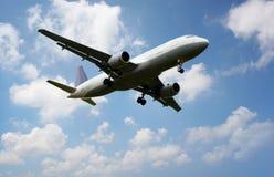 Aeroplano sobre las nubes imagen de archivo