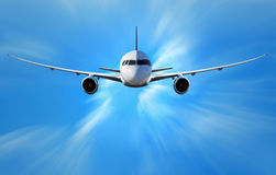 Aeroplano sobre las nubes imagenes de archivo