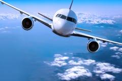 Aeroplano sobre las nubes, fotografía de archivo libre de regalías