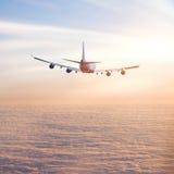 Aeroplano sobre las nubes Foto de archivo