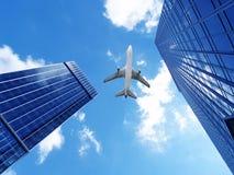 Aeroplano sopra gli edifici per uffici. Fotografia Stock