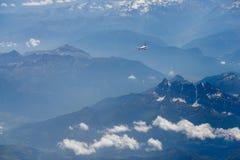 Aeroplano sopra la montagna fotografia stock libera da diritti
