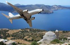 Aeroplano sopra un insland greco fotografie stock