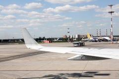 Aeroplano in strada della pista di atterraggio Immagine Stock