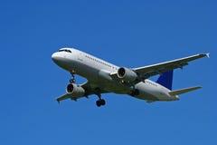 Aeroplano su cielo blu Fotografia Stock Libera da Diritti