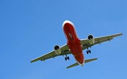 Aeroplano su cielo blu Fotografie Stock Libere da Diritti