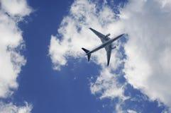 Aeroplano in su nelle nubi Immagini Stock