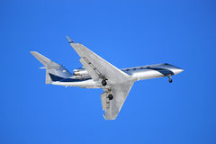 Aeroplano su una priorità bassa blu Fotografie Stock