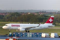 Aeroplano suizo de las vías aéreas en el aeropuerto Hungría de Budapest Imagen de archivo