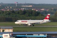 Aeroplano suizo de las vías aéreas en el aeropuerto Hungría de Budapest Foto de archivo libre de regalías