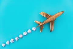 Aeroplano sul blu con la nuvola fittizia Fotografia Stock