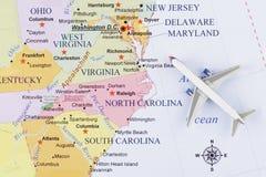 Aeroplano sulla mappa immagine stock
