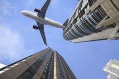 Aeroplano sulla parte superiore di costruzione moderna. Fotografia Stock