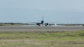 Aeroplano sulla pista stock footage