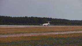 Aeroplano sulla pista archivi video