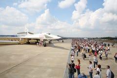 Aeroplano Valentine Blyznyuk y espectadores Fotos de archivo libres de regalías
