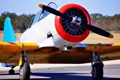 Aeroplano variopinto che guida sulla pista fotografia stock