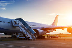 Aeroplano vicino al terminale fotografia stock libera da diritti