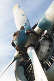 Aeroplano viejo en el campo Imagen de archivo