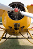 Aeroplano viejo en la tierra imagen de archivo