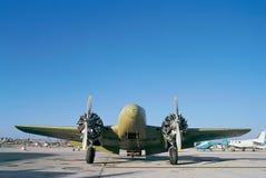Aeroplano viejo en un aeródromo Foto de archivo