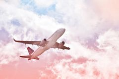 Aeroplano volante nei cieli immagine stock libera da diritti