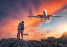 Aeroplano y abrazo y besar del hombre y a la mujer imágenes de archivo libres de regalías