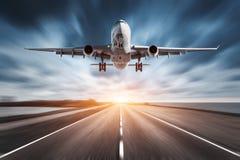 Aeroplano y camino con efecto de la falta de definición de movimiento en la puesta del sol fotografía de archivo libre de regalías