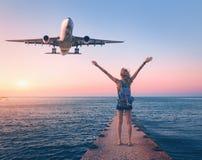 Aeroplano y mujer feliz en la puesta del sol Paisaje del VERANO fotos de archivo libres de regalías