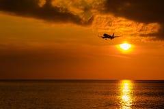 Aeroplano y puesta del sol foto de archivo