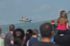 Aeroplanos aeroacrobacias que vuelan durante un salón aeronáutico en Cluj Napoca, Rumania Imagen de archivo libre de regalías