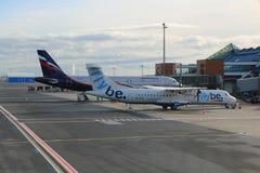 Aeroplanos de Aeroflot y de Flybe Imagen de archivo libre de regalías