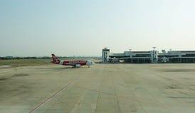 Aeroplanos de AirAsia en una manera del taxi a un terminal foto de archivo libre de regalías