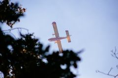 aeroplanos de canadair en la acción para apagar el fuego en el PA regional Fotografía de archivo libre de regalías
